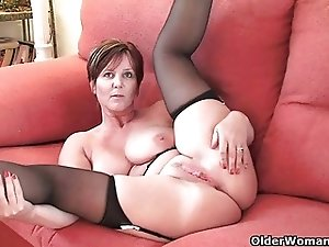 British finest milf Joy exposes her natural beauty